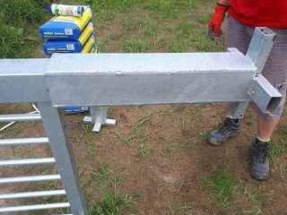 Verlängerter Pfosten mit Bodenhülsen inklusive Diebstahlsicherung